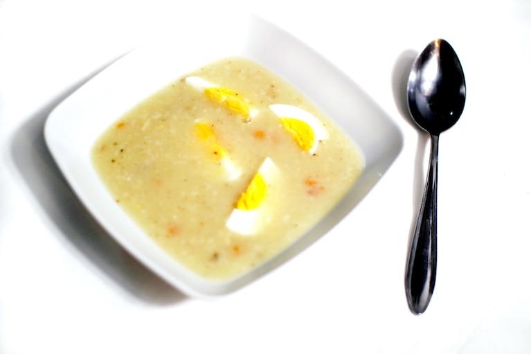 Wegetariański żurek podawany z jajkiem