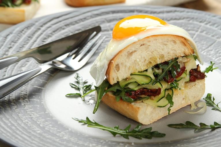 Wegetariańskie kanapki na ciepło z cukinią i jajkiem sadzonym