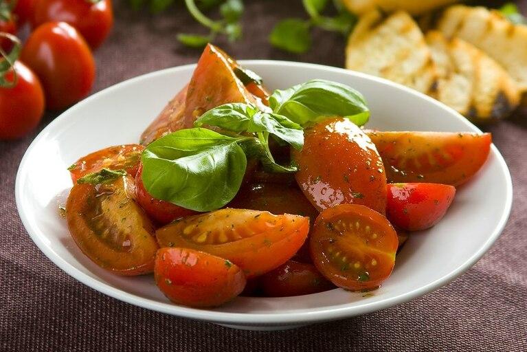 Włoska sałatka z marynowanych pomidorów