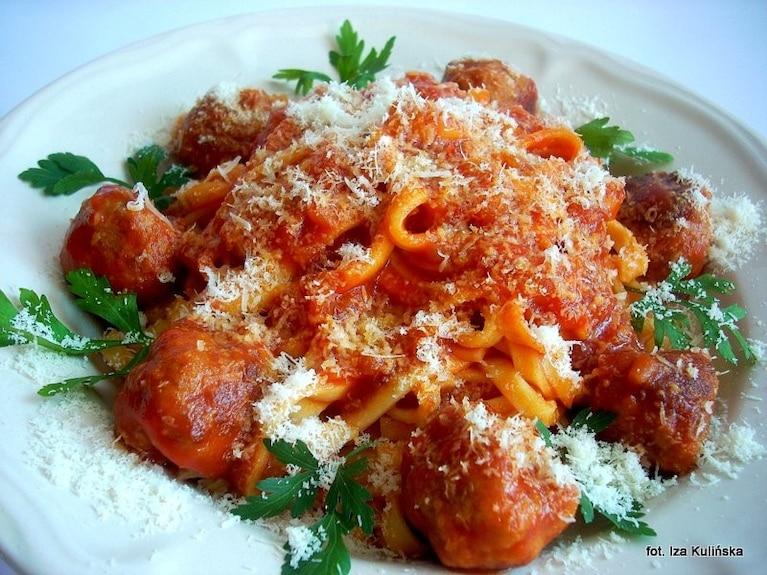 Wstążki z sosem pomidorowym i klopsikami