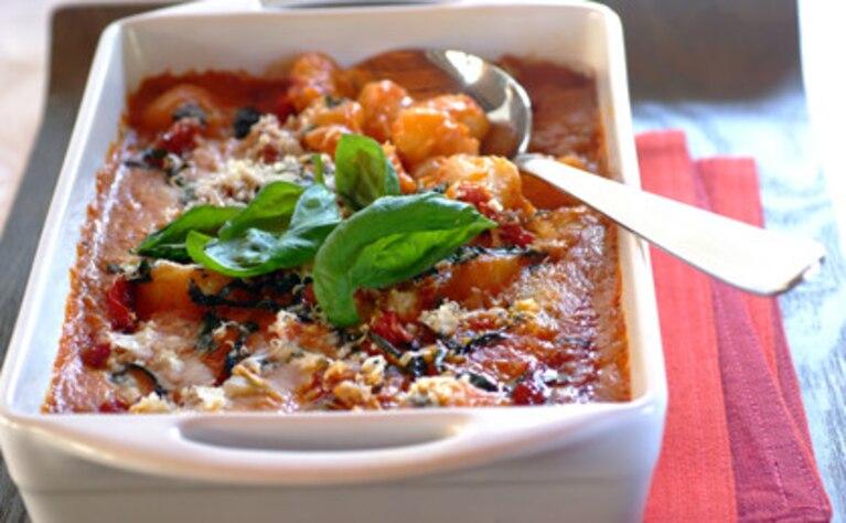 Zapiekane gnocchi w sosie napoli z bazylią