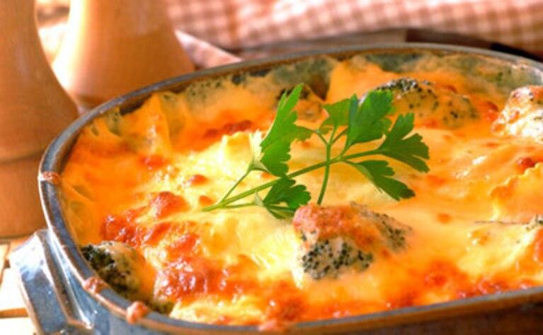 Zapiekane ravioli w kremowym sosie serowym