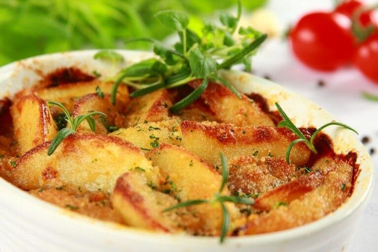 Zapiekanka z ziemniaków, mięsa i pieczarek