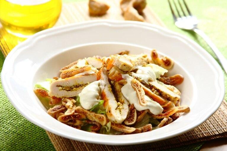 Zielona sałata z kozim serem i soczystym kurczakiem