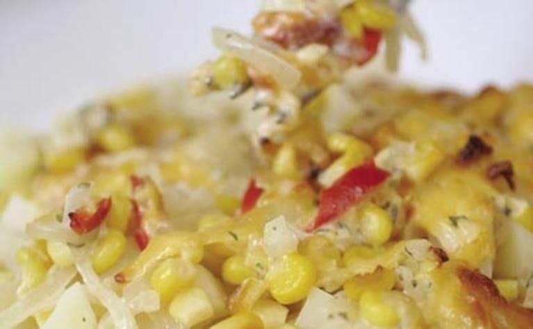 Ziemniaczana zapiekanka z kukurydzą i ziołami