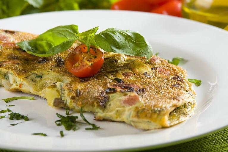 Ziemniaczany omlet z czerwoną cebulą