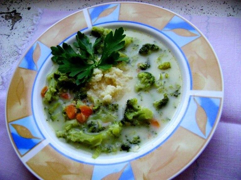 Zupa brokułowa z topionym serkiem i kuskusem