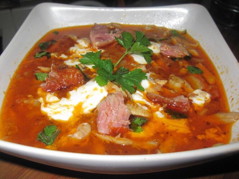 Zupa gulaszowa z mięsem kurczaka