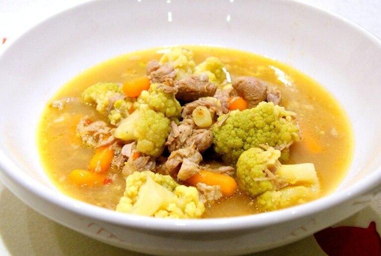 Zupa gulaszowa z zielonym kalafiorem